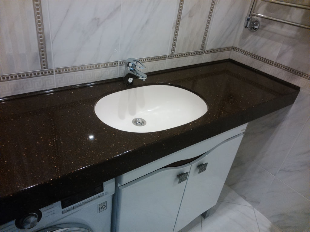 Угловая столешница с раковиной в ванной 5004 цветной сатин столешница
